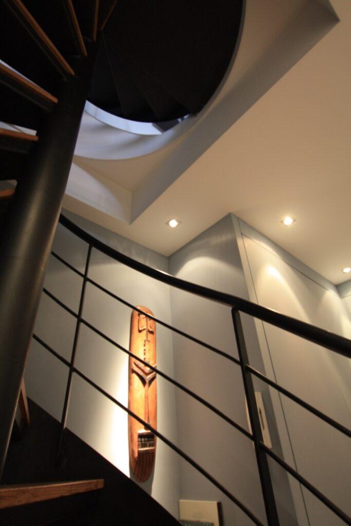 Escalier en colimaçon vue en contre-plongée - Une réalisation Sab & Co, architecte d'intérieur à Bordeaux pour vos projets de rénovation